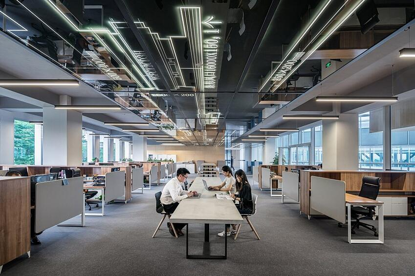 picture of people in big office
